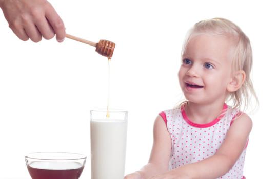 Hausmittel-Analyse: Heiße Milch mit Honig